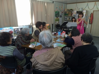 3月七ヶ浜町仮設住宅集会所でのフルートの吹き比べ.jpg